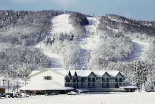 The Hotel Stoneham, with the resort's Mountain 2 in the background. (photo: Jean Vaudreuil)