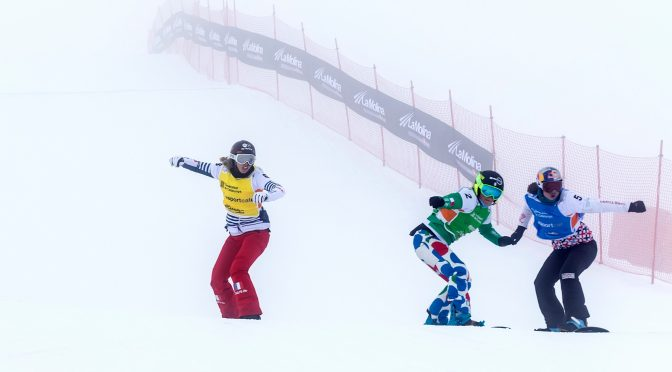 Sunday's women's big final in foggy La Molina, Spain, with Michela Moioli of Italy in green, Eva Samkovaof the Czech Republic in blue, France's Chloe Trespeuch in yellow. (photo: Mario Sobrino)